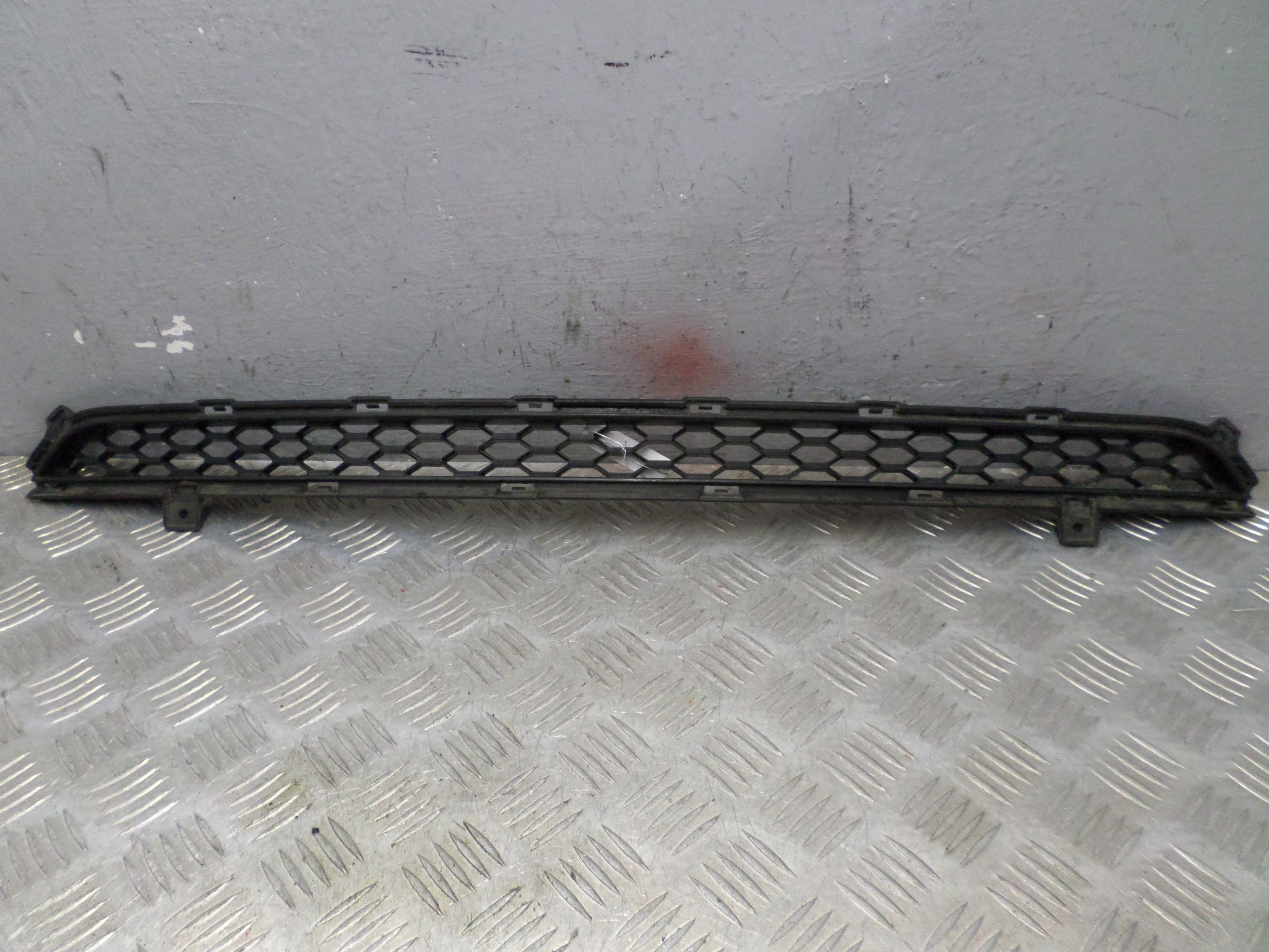 Заглушка (решетка) в бампер передний   865221U000